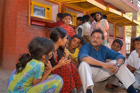 sugata-mitra-and-kids1